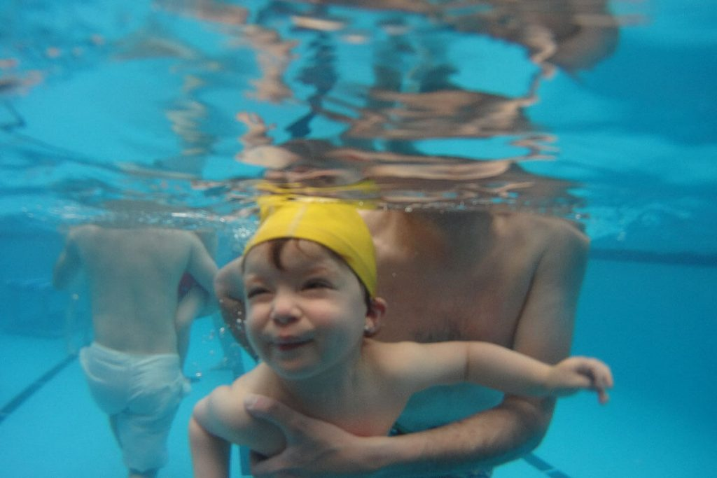 Aquatic motricity for babies is one of the most important methods in aquatic therapy.